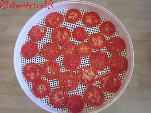 Выкладываем на сушилку помидоры