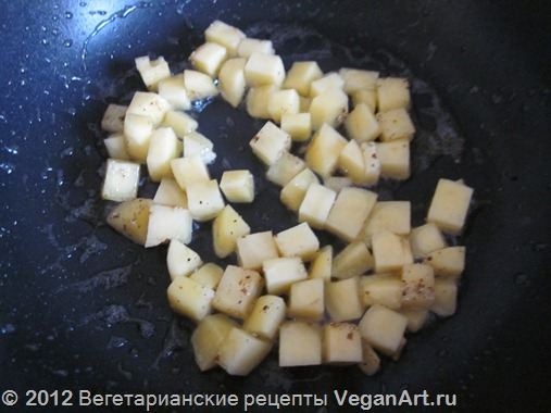 Обжариваем картофель