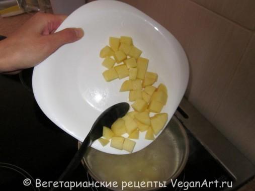 Добавляем картофель в бульон