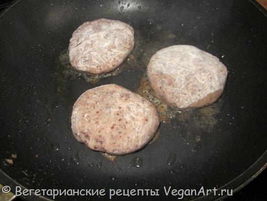 Обжариваем вегетарианские котлеты