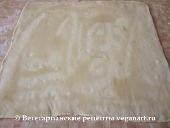 Смазываем тесто